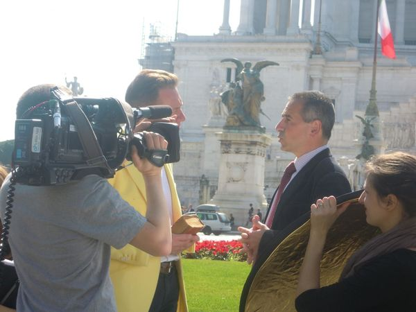 filming_great_continental_railway_journeys_in_piazza_venezia